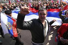 Пророссийские активисты участвуют в акции протеста у здания областной администрации в украинском Донецке 6 апреля 2014 года. Российские фондовые индексы развернулись в понедельник после трех недель повышения, воспользовавшись начавшейся на Уолл-стрит коррекцией и требованиями протестующих в Донецке провести референдум о независимости от Киева. REUTERS/Stringer