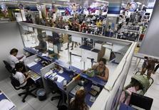 Pessoas esperam na fila de uma unidade do Bradesco, dentro de uma loja da Casas Bahia em São Paulo. O número de consultas ao banco de dados do Serviço de Proteção ao Crédito (SPC) no Brasil, indicador que reflete o nível de atividade no comércio para compras parceladas, teve o pior resultado em março desde janeiro de 2012, divulgou a Confederação Nacional de Dirigentes Lojistas (CNDL), nesta segunda-feira. 18/02/2013 REUTERS/Nacho Doce