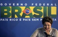 Presidente Dilma Rousseff ao discursar em cerimônia de assinatura do contrato de concessão do Aeroporto Internacional Tom Jobim, no Rio de Janeiro. Dilma disse nesta segunda-feira, ao assinar o contrato de concessão do aeroporto de Confins, em Minas Gerais, esperar que a parceria com a iniciativa privada nos principais aeroportos do país melhore a qualidade dos serviços. 2/04/2014. REUTERS/Ricardo Moraes