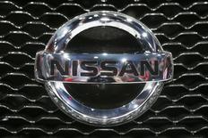 El logo de Nissan en un vehículo durante la feria del automóvil de Los Angeles en Los Angeles, nov 20 2013. Nissan sustituirá a Ford como patrocinador de la Liga de Campeones del fútbol europeo la próxima campaña, en un intento por convertirse en el mayor fabricante de automóviles asiático en Europa, anunció el lunes la empresa japonesa. REUTERS/Lucy Nicholson