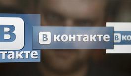 Un hombre observa la pantalla de una computadora donde se aprecian logos de la red social rusa VKontakte en Moscú, mayo 24 2013. La disputa entre los accionistas de la mayor red social de Rusia escaló el lunes, mientras que sus rivales tomaron medidas legales en un intento de confirmar su influencia sobre una empresa que se ha utilizado como plataforma para grupos de la oposición. REUTERS/Sergei Karpukhin