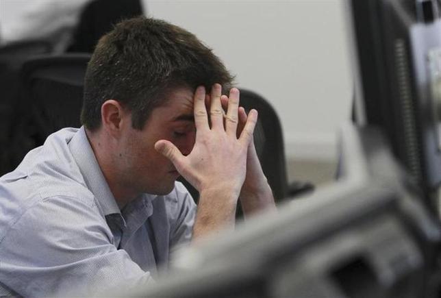 4月7日、欧州株式市場は反落。写真はロンドンのディーリングルームで2011年11月撮影(2014年 ロイター/Olivia Harris)