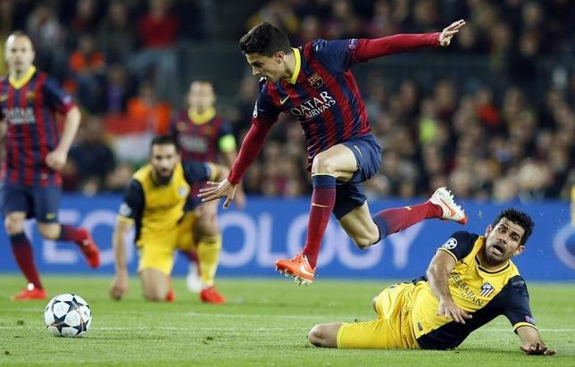 Atletico Madrid's Diego Costa (R) and Barcelona's Marc Bartra fight for the ball during their Champions League quarter-final first leg soccer match at Camp Nou stadium in Barcelona April 1, 2014. REUTERS/Gustau Nacarino