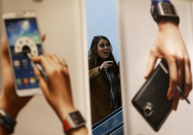 A woman looks at advertisements promoting Samsung Electronics' Galaxy Note 3 smartphone at the company's headquarters in Seoul April 7, 2014. REUTERS/Kim Hong-ji
