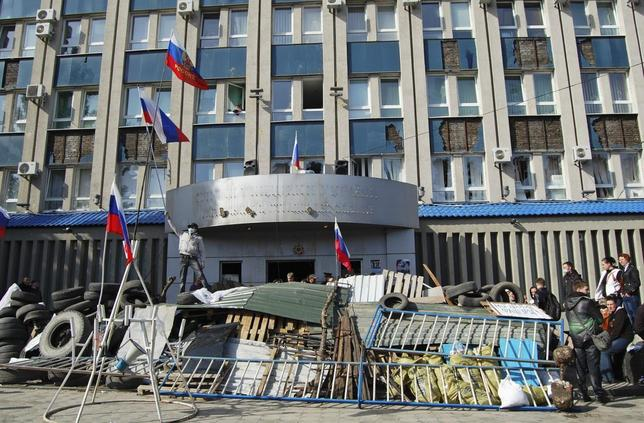 Pro-Russian protesters gather at a barricade outside the offices of the SBU state security service in Luhansk, in eastern Ukraine April 7, 2014. REUTERS/Stringer