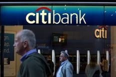Citigroup déboursera 1,125 milliard de dollars (815 millions d'euros) pour mettre un terme à un contentieux l'opposant à des investisseurs institutionnels au sujet de prêts immobiliers titrisés (RMBS). /Photo d'archives/REUTERS/Andrew Kelly