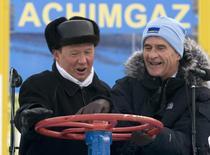 Глава Газпрома Алексей Миллер (слева) и гендиректор BASF Юрген Хамбрехт крутят вентиль во время церемонии открытия нового объекта в рамках проекта Ачимгаз в Новом Уренгое 12 ноября 2008 года. Европа способна начать поставки газа на Украину в течение нескольких часов после готовности инфраструктуры, но для этого может потребоваться разрешение Газпрома. REUTERS/Sergei Karpukhin/Files