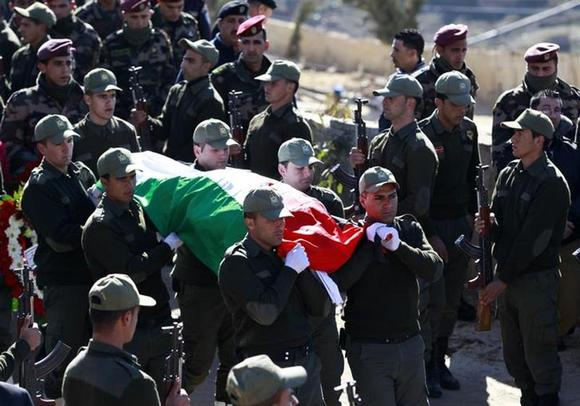 Palestinian national security guards carry the flag-covered body of Palestinian ambassador to Prague, Jamal al-Jamal during his funeral in the West Bank city of Ramallah January 8, 2014. REUTERS/Mohamad Torokman
