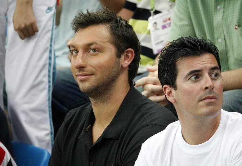 Former world champion Ian Thorpe (L) of Australia watches the swimming events at the National Aquatics Centre during the 2008 Beijing Olympics, August 17, 2008. REUTERS/Jason Reed