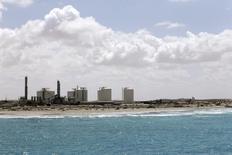 Нефтяной терминал в ливийском городе Эз-Зуетина 7 апреля 2014 года. Цены на нефть растут в связи с ситуацией на Украине, но подъем сдерживается предстоящим возобновлением отгрузок нефти из ливийских портов. REUTERS/Esam Omran Al-Fetori