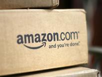 """Una caja de la minorista por internet Amazon en la entrada de una casa en Golden, EEUU, jul 23 2008. Amazon.com dijo el martes que el número de emisiones en """"streaming"""" que ofrece su servicio Instant Video se triplicó en comparación con el año anterior. REUTERS/Rick Wilking"""