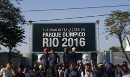 Em greve, trabalhadores da construção do Parque Olímpico do Rio de Janeiro se reúnem do lado de fora do canteiro de obras. 08/04/2014 REUTERS/Ricardo Moraes