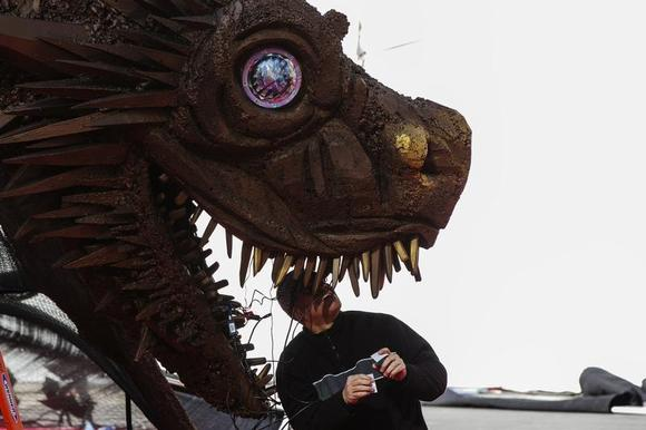 A worker prepares a dragon statue before the season four premiere of the HBO series ''Game of Thrones'' in New York March 18, 2014. REUTERS/Lucas Jackson/Files
