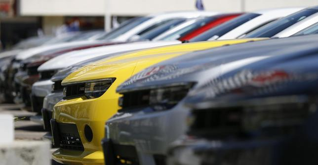 A group of Chevrolet Camaro cars for sale is pictured at a car dealership in Los Angeles, California April 1, 2014. REUTERS/Mario Anzuoni