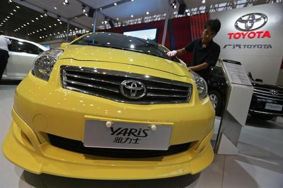 A worker cleans a Toyota Yaris car at the Wuhan Motor Show, Hubei province, October 12, 2012. REUTERS/Stringer