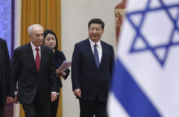 Israel's President Shimon Peres (L) and China's President Xi Jinping (R) arrive for a welcome ceremony at the Great Hall of the People, in Beijing, April 8, 2014. REUTERS/Jason Le