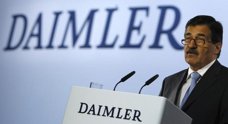 Daimler's chairman of the advisory board Manfred Bischoff addresses the annual shareholder meeting in Berlin April 9, 2008. REUTERS/Fabrizio Bensch