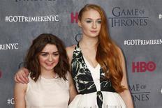 """Las actrices Maisie Williams (a la izquierda) y Sophie Turner en la premiere de la cuarta temporada de la serie de HBO """"Game of Thrones"""", Nueva York, mar 18, 2014. La serie de fantasía épica de HBO """"Game of Thrones"""" fue renovada por dos temporadas más, dijo el martes el canal de cable, dos días después de que el estreno de la cuarta temporada logró la mayor audiencia para la cadena en siete años. REUTERS/Lucas Jackson"""