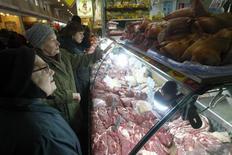 Покупатели стоят у прилавка с мясом на рынке в Москве 8 февраля 2013 года. Инфляция в РФ с 1 по 7 апреля составила 0,2 процента, сохранив динамику роста предыдущих восьми недель, сообщил Росстат. REUTERS/Mikhail Voskresensky