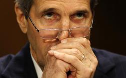 Госсекретарь США Джон Керри перед выступлением на слушаниях в Сенате в Вашингтоне 8 апреля 2014 года. Запад скептичен в ожидании переговоров с ЕС об Украине. REUTERS/Larry Downing