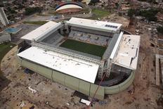 Vista aérea da Arena Pantanal, uma das sedes de partidas da Copa do Mundo, em construção em Cuiabá. Quem buscar hospedagem em Cuiabá para assistir ao jogo entre Chile e Austrália, pela primeira fase da Copa do Mundo, vai encontrar preços duas vezes mais altos que os cobrados no Rio de Janeiro para o dia da final no Maracanã. 10/02/2014. REUTERS/Stringer