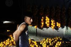 Un vendedor de fruta en un mercado en Monterrey, México, jun 5 2013. La inflación interanual de México se moderó en marzo mejorando la expectativa del mercado y confirmando que sigue rumbo a la meta del banco central, que se mantiene sin presiones para continuar con una postura monetaria históricamente expansiva. REUTERS/Daniel Becerril