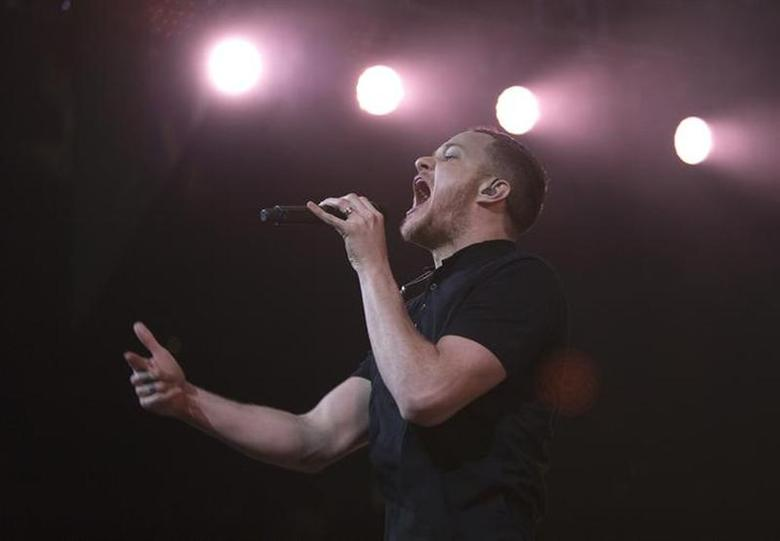 Lead singer of Imagine Dragons Dan Reynolds performsduring Amnesty International's ''Bringing Human Rights Home'' concert in the Brooklyn borough of New York February 5, 2014. REUTERS/Carlo Allegri/Files