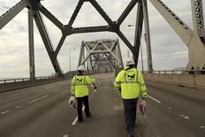 Unos trabajadores avanzan por las obras de demolición del puente Bay Bridge en Oakland, EEUU, nov 12 2013. La deuda pública en los países más ricos del mundo se ha estabilizado tras ser casi reducida a la mitad desde la crisis financiera global, pero permanece en máximos históricos debido a la presión sobre los gobiernos para que gasten más en los próximos años, dijo el miércoles el FMI. REUTERS/Robert Galbraith