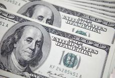 Foto de uma nota de 100 dólares tirada em um banco, em Seoul. Nesta quarta-feira, o dólar fechou em queda pelo quarto dia seguido nesta e foi abaixo da barreira dos 2,20 reais. 20/09/2011 REUTERS/Lee Jae-Won