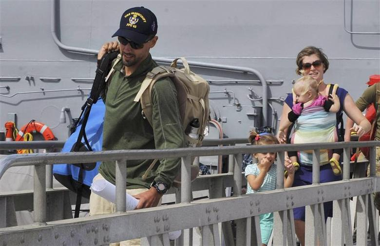 Eric and Charlotte Kaufman and their two daughters, 3-year-old Cora and 1-year-old Lyra, disembark the USS Vandegrift in San Diego April 9, 2014. REUTERS/U.S. Navy/Mass Communication Specialist 3rd Class Corey T. Jones/Handout