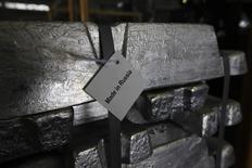 Алюминиевые чушки на Хакасском заводе Русала близ Саяногорска 21 августа 2013 года. Русал пересмотрел убыток за прошлый год в сторону увеличения после финансового отчёта Норильского никеля, доля в котором принесла Русалу меньше прибыли, чем он планировал. REUTERS/Ilya Naymushin