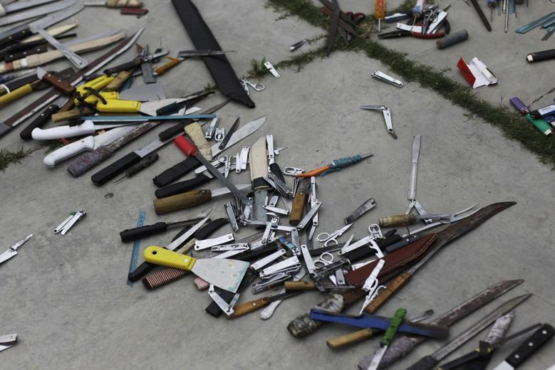 Bladed weapons lie on the ground outside the maximum security prison in Tamara on the outskirts of Tegucigalpa February 25, 2014. REUTERS/Jorge Cabrera
