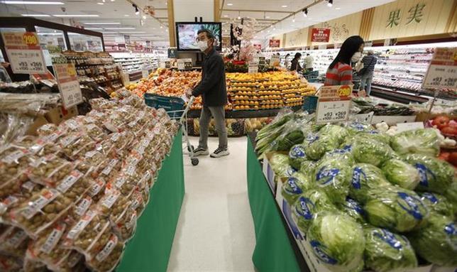 4月10日、消費増税直後の食品・日用品販売は前年比で数パーセントのマイナスになったことが、全国のスーパー1100店を対象とした調査で分かった。写真は1日、都内のスーパーで撮影(2014年 ロイター/Toru Hanai)