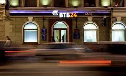 """Отделение банка ВТБ в Санкт-Петербурге 18 декабря 2008 года. Второй по величине российский госбанк ВТБ рассчитывает нарастить к 2017 году чистую прибыль до 160-180 миллиардов рублей и относит к факторам риска кризис на Украине и возможный новый этап санкций против России, которые могут """"существенно затронуть"""" финансовый сектор. REUTERS/Alexander Demianchuk"""