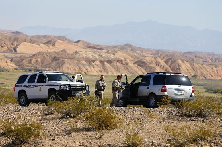 Federal law enforcement personnel block access to thousands of acres of Bureau of Land Management (BLM) land that have been temporarily closed so they can round up illegal cattle that are grazing, south of Mesquite, Nevada, April 7, 2014. REUTERS/George Frey