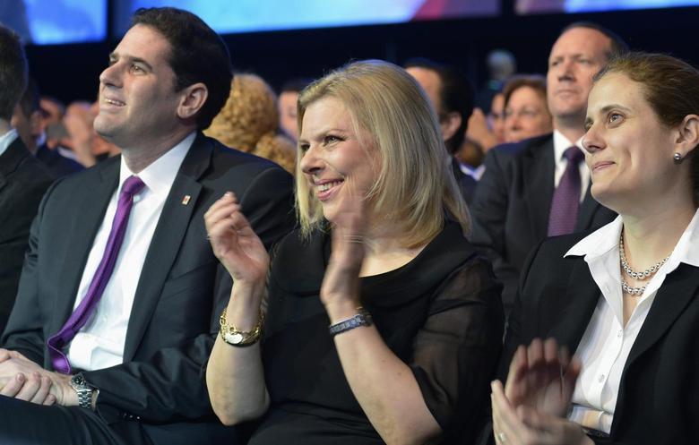 Sara Netanyahu (C), wife of Israeli Prime Minister Benjamin Netanyahu, applauds as her husband addresses the American Israel Public Affairs Committee (AIPAC) in Washington, March 4, 2014. REUTERS/Mike Theiler