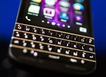 Un teléfono Q10 de BlackBerry en una reunión de accionistas en Toronto, abr 9 2014. BlackBerry podría estudiar una salida del negocio de dispositivos móviles si continúa sin ser rentable, dijo su presidente ejecutivo, en momentos en que la compañía busca expandir su alcance corporativo mediante inversiones, adquisiciones y alianzas. REUTERS/Mark Blinch