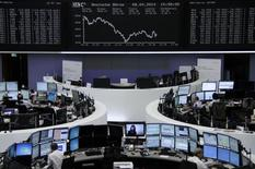 Трейдеры на торгах фондовой биржи во Франкфурте-на-Майне 8 апреля 2014 года. Европейские фондовые рынки снижаются в начале торгов и готовятся впервые за месяц завершить неделю в минусе вслед за спадом на рынках США и Азии. REUTERS/Remote/Stringer