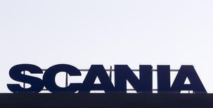 Логотип Scania ны крыше здания в городе Людвигсфельде под Берлином 1 февраля 2012 года. Прибыль производителя грузовиков Scania превысила прогнозы аналитиков в первом квартале 2014 года благодаря улучшению экономического климата в Европе, благоприятно сказавшемуся на числе заказов, несмотря на введение новых норм экологической безопасности. REUTERS/Thomas Peter