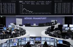 Partie de Wall Street, une vague de prises de bénéfice ciblée en particulier sur les valeurs technologique a déferlé vendredi sur l'Asie puis l'Europe, où les principales places boursières étaient en forte baisse à la mi-séance. Vers 12h00, le CAC 40 perdait 1,24% et le Dax 1,58%. /Photo prise le 11 avril 2014/REUTERS/Remote