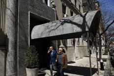 Soucieux de faire des économies, le gouvernement français a mis en vente la luxueuse résidence new-yorkaise de son ambassadeur auprès des Nations unies, un duplex de 18 pièces donnant sur Park Avenue. Le ministère des Affaires étrangères espère obtenir 48 millions de dollars (34,5 millions d'euros) de la vente. /Photo prise le 10 avril 2014/REUTERS/Eduardo Munoz