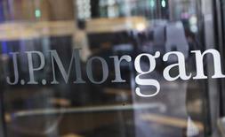 Логотип JPMorgan Chase на входе в штаб-квартиру банка в Нью-Йорке 2 октября 2012 года. Квартальная прибыль JPMorgan Chase & Co оказалась ниже прогнозов, поскольку доход от торговли ценными бумагами упал в условиях неопределенности восстановления экономики и намерений ФРС в отношении ключевой ставки. REUTERS/Shannon Stapleton