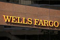 Логотип Wells Fargo в центре Сан-Диего, Калифорния 18 марта 2014 года. Wells Fargo & Co, крупнейший американский ипотечный банк, увеличил чистую прибыль в первом квартале на 14 процентов благодаря тому, что выделил меньше денег на покрытие убытков от безнадежных кредитов и снизил расходы. REUTERS/Mike Blake