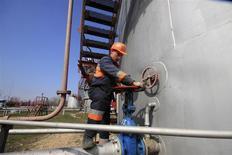 """Un trabajador revisa una válvula de gas en una planta de almacenamiento subterráneo en la planta de Chernomorneftegaz en Glebovka, Ucrania, abr 9 2014. Ucrania dijo el viernes que recurriría a Europa por suministros de gas y recibió una promesa de ayuda de Bruselas luego de que Rusia advirtiera que podría frenar los envíos del recurso natural a Kiev ante la negativa ucraniana de pagar a Moscú el """"precio político poco rentable"""" que exige por el servicio. REUTERS/Stringer"""