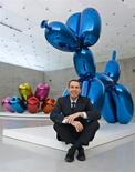 "U.S. artist Jeff Koons poses with his sculpture ""Balloon Dog (Blue)"" at the Kunsthaus in Bregenz February 16, 2007. REUTERS/Miro Kuzmanovic"