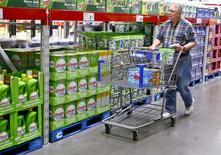 Un cliente al interior de un supermercado de la cadena Sam's Club en Bentonville, EEUU, jun 2 2011. - Los precios al productor en Estados Unidos registraron su mayor alza en nueve meses en marzo debido a un aumento del costo de los alimentos y de los servicios comerciales, y apuntaron a algunos focos de inflación a las puertas de las fábricas. REUTERS/Sarah Conard