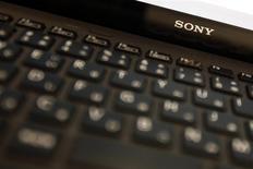 El logo de Sony en un ordenador portátil VAIO en un salón de exhibición en Tokio, feb 5 2014. Sony Corp pidió el viernes a los clientes que dejen de usar un modelo de sus computadoras Vaio lanzado en febrero ya que sus baterías corrían riesgo de incendio. REUTERS/Yuya Shino