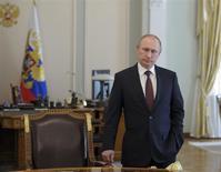 El presidente ruso, Vladimir Putin, en su residencia oficial en Moscú, abr 11 2014. El presidente ruso, Vladimir Putin, dijo el viernes que su país cumplirá sus obligaciones con los clientes de gas europeos y que no tiene planes para interrumpir el suministro a Ucrania, pero Moscú podría hacer que Kiev pague por adelantado. REUTERS/Mikhail Klimetyev/RIA Novosti/Kremlin IMAGEN SOLO PARA USO EDITORIAL