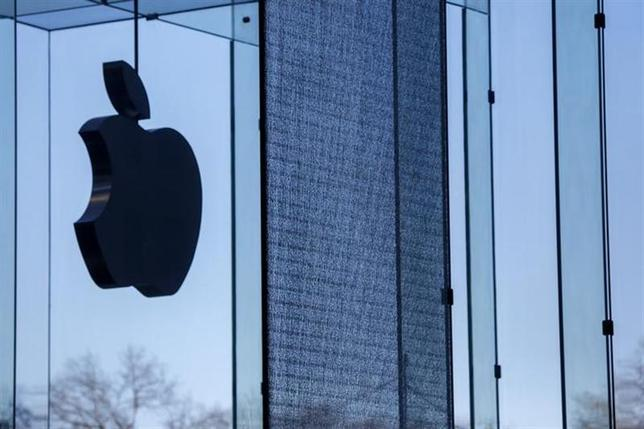 A shattered large glass panel, part of Apple's cube store on Fifth Avenue, damaged from the results of the snowstorm on Tuesday is seen in New York, January 22, 2014. REUTERS/Shannon Stapleton/Files