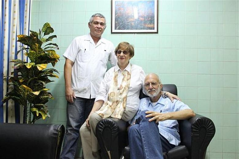 Jailed U.S. Agency for International Development (USAID) contractor Alan Gross, (R), poses for a picture during a visit with Cuban Jewish Community leader Adela Dworin, (C), and David Prinstein, Vice President, at Havana's Carlos J Finlay Military Hospital September 28, 2012. REUTERS/Handout